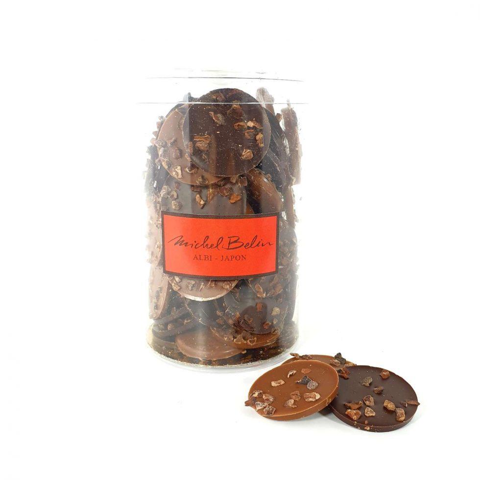 Pastilles de chocolat noir aux éclats de grue de cacao Michel Belin picture